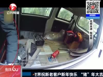 四川:面包车座椅坏了 司机竟用家居椅代替