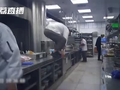 视频丨卧底调查外婆家:厨师每天踩着案板走 蔬菜不洗就下锅