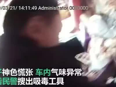 四川男子接娃放学途中犯毒瘾 停在警察跟前过瘾