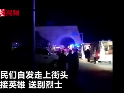 四川西昌市民深夜自发走上街头 送别火灾遇难烈士