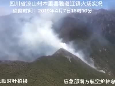 四川木里火场复燃最新画面 3架直升机已洒水70吨