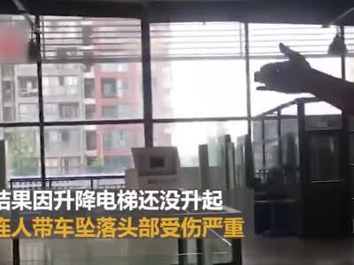 视频丨男子刚提车就从车店二楼坠落 连人带车摔个底朝天