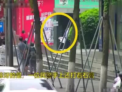 视频丨右手还打着石膏 四川自贡民警单手侧摔制服逃犯