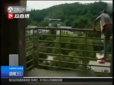 """视频丨女子爬上高塔欲轻生 民警""""套近乎""""式救人"""