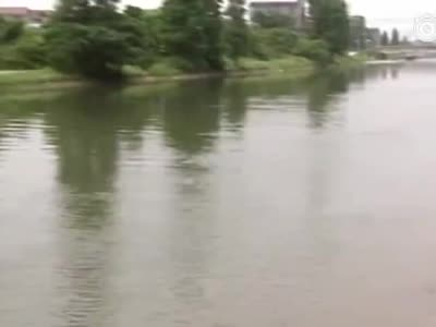 视频丨75岁老人跳水救起溺水女子:我这年纪不要紧