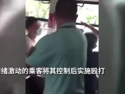 男子公交车上扒窃被抓现行遭围殴 执勤交警将其控制后保护起来