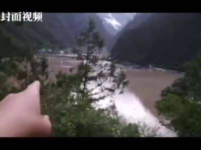 """四川丹巴泥石流现场:村民高处避险 洪水没过农房""""卷""""走车辆"""