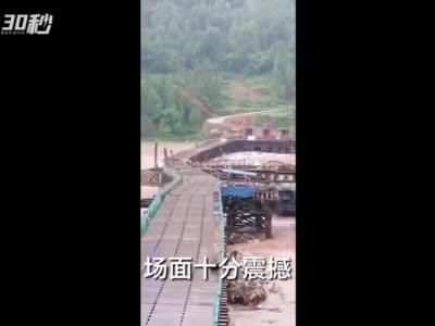 四川平昌:洪水冲垮施工便桥