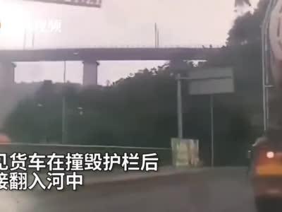 乐山货车失控冲出大桥 撞毁护栏翻入河中司机不幸身亡