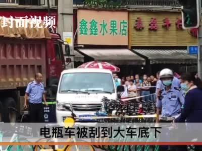 成都一渣土车碾压电瓶车 致一名女骑手当场死亡