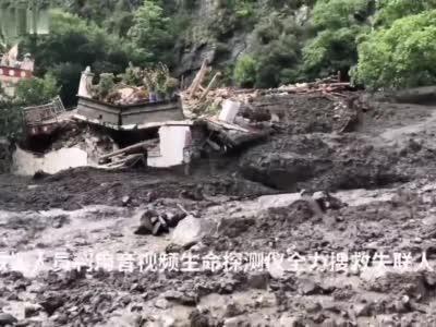 四川小金县泥石流4人失联 消防救援最新视频画面