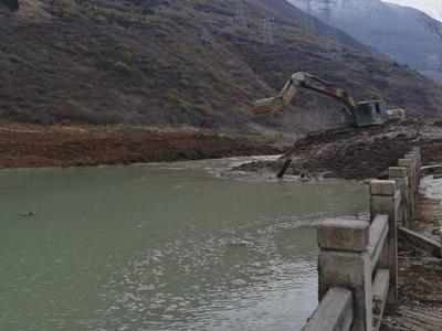 四川理县下孟乡仔达村山体垮塌形成6米高堰塞湖 目前仍在开挖