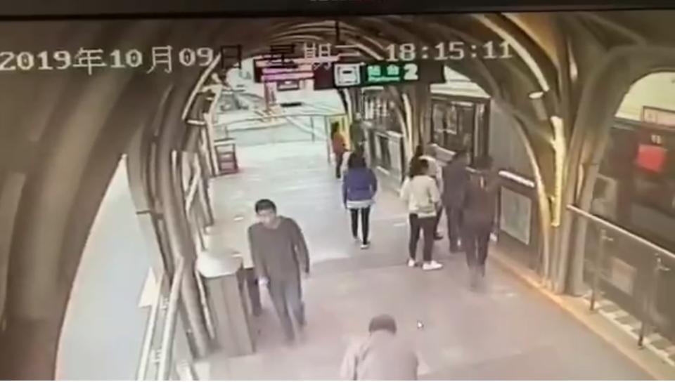 独行男孩成都公交站台上疑似被陌生男子拉住 站务员及时干预