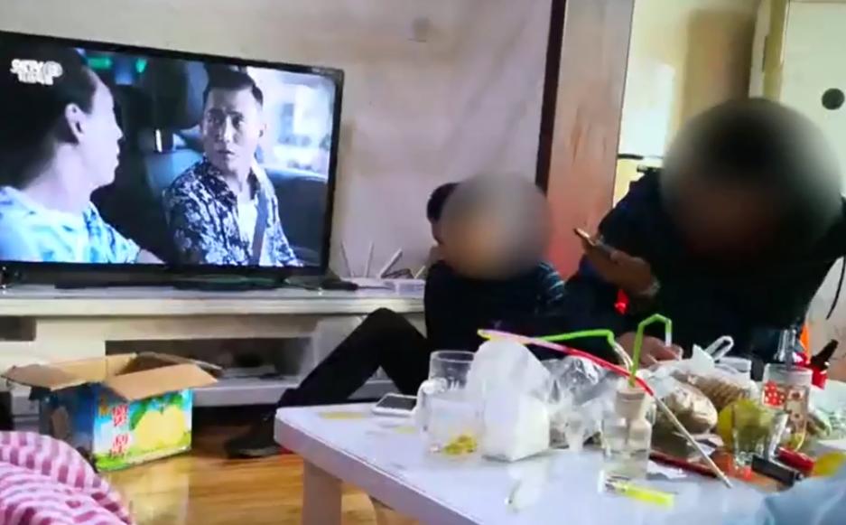 特警捣毁吸贩毒窝点 涉毒人员正在看《破冰行动》