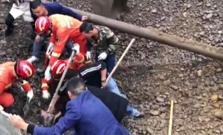 南充一砂石场砂石塌方一人被困 消防紧急救援