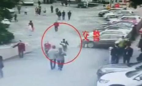 巴中2岁小孩突发疾病 交警抱着一路狂奔送医治疗