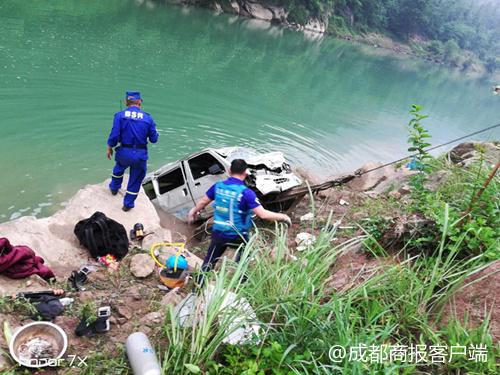 巴中长安车坠河2人失踪 目前两名失踪人员已被打捞上岸