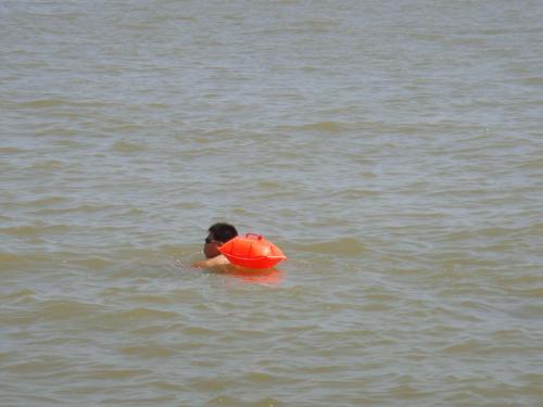 男子江泳被卷趸船边 跟屁虫差点成凶手