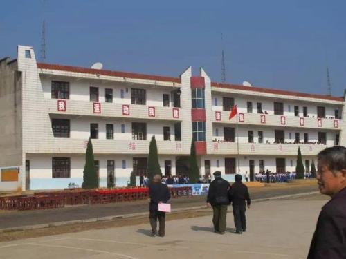 四川加强乡镇寄宿制学校建设 学生宿舍一人一床