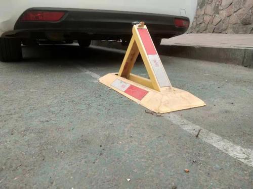 市民在路面上违规安装地锁 引居民不满