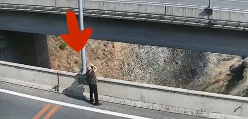 男子在丽攀高速上违法停车拍照 还爬上60多米高大桥护栏