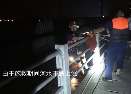 乐山三名工人被困河心桥墩 消防员索降30米成功救援