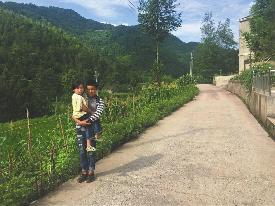 四川通江男孩每天往返每天往返44公里 抱着妹妹把学上