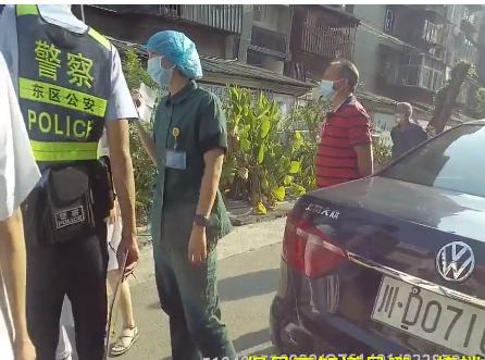 女子突发疾病 民警1分钟内背她下了6层楼送上救护车