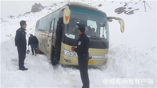 大巴被困巴郎山垭口 民警海拔4000米雪地施救
