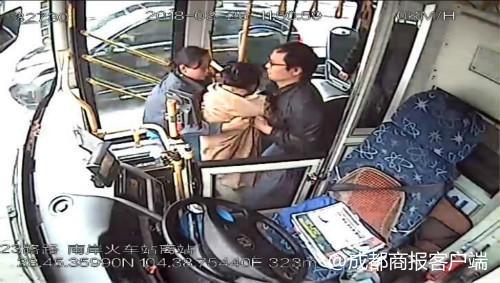 """乘客突发疾病倒地 宜宾女公交司机变身""""急救医生"""""""