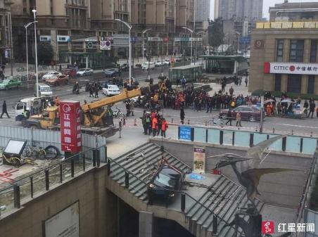 成都万年场2车相撞致1伤 1车失控冲入下沉广场