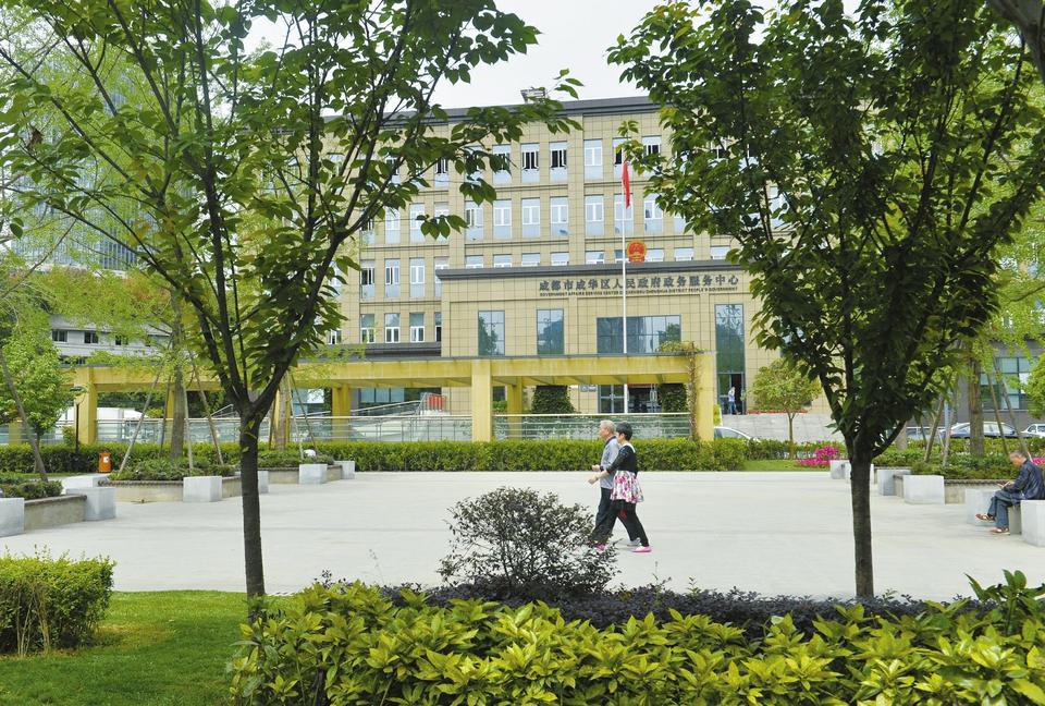 4月25日,成都成华区政务大厅破墙透绿方便市民。 雷远东摄