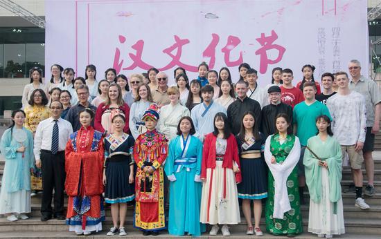 美国大学生在川大锦江学院过汉文化节