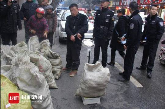 盗窃团伙半夜开车偷四川村民家水果 引来警方鸣枪围捕
