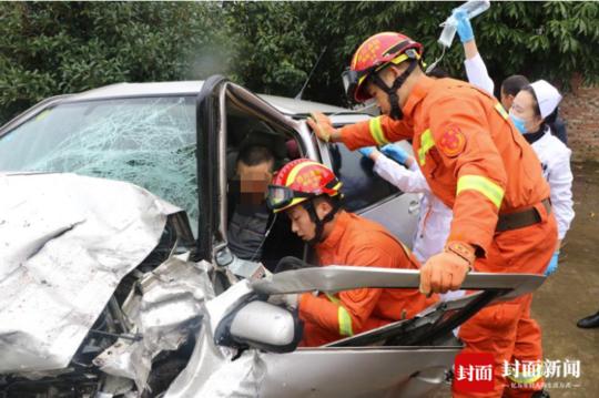 绵阳两车相撞1人被困 消防紧急液压破拆轿车救人