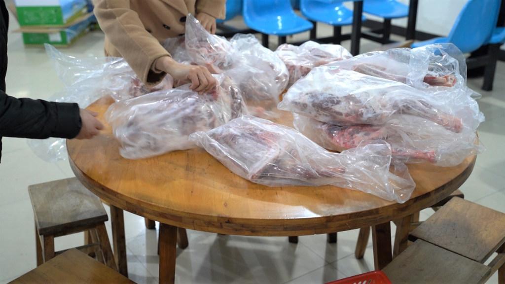 """蒙古国的""""暖羊羊""""入川 乐山两支援鄂医疗队收到肉啦"""