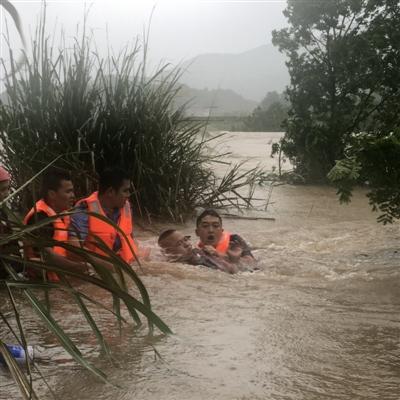 男子开车过漫水桥被冲入河中 漂了两公里被救上岸