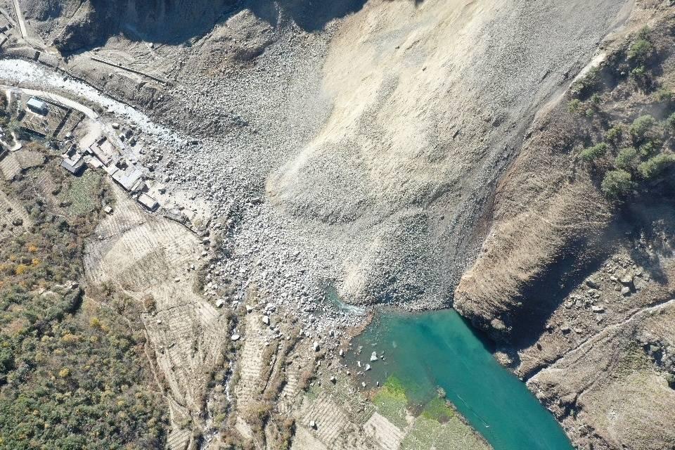 四川九龙县滑坡致堰塞湖 科技助力实时监测堰塞湖水文数据