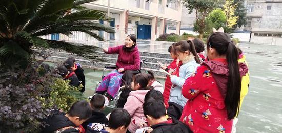 李元淑指导学生课外学习