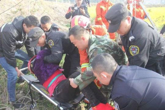 广元六旬老人坠落7米深枯井 消防官兵搭软梯送氧气救援