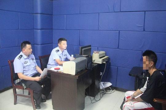 男子无证驾驶冲卡逃跑撞伤交警 被行拘15日