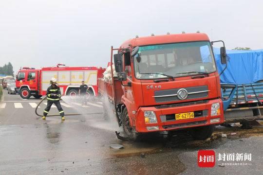 德阳两货车相撞 一名被困司机当场死亡