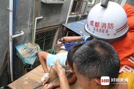 男孩从四楼坠落腿被刺伤 消防员10分钟将其救下