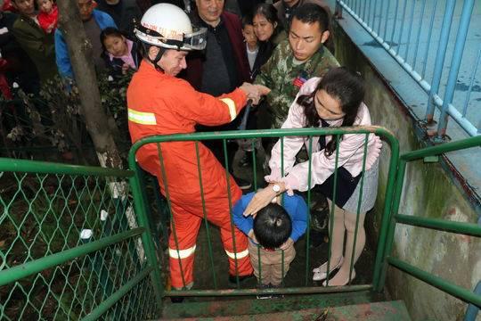 小男孩头部被护栏卡住 消防员救了人还帮忙找家