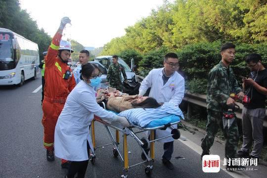 成南高速司機疲勞駕駛致追尾 乘客被變形車頭卡住雙腳