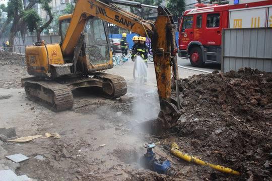 遂寧一道路施工挖斷燃氣管道 消防用水槍稀釋泄漏天然氣
