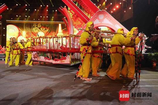 """16位抬工抬出1881斤""""金猪王"""""""