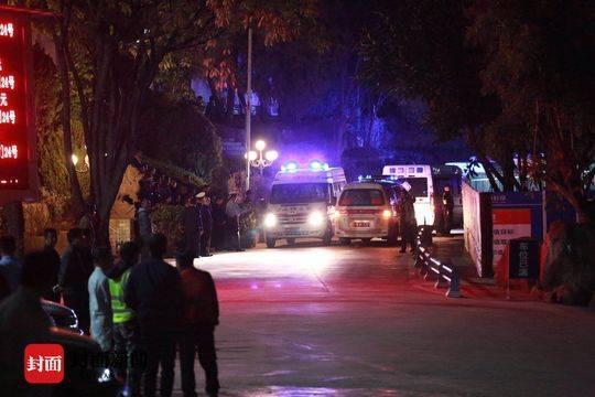 木里森林火灾英雄遗体送回西昌 市民深夜排队含泪送别