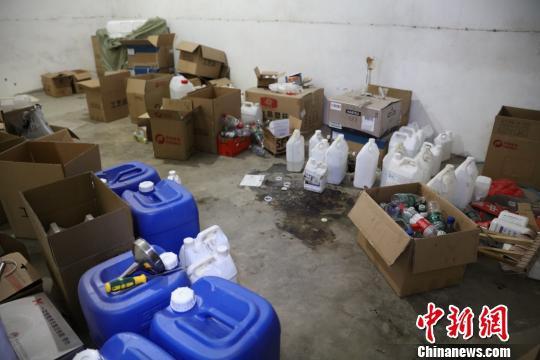图为:假劣洋酒的调配车间。台州公安供图