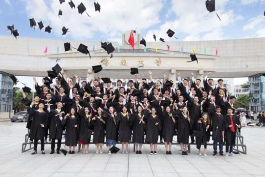 海南大学机电工程学院毕业生拍摄学士服照片。海南大学 江丽雅供图